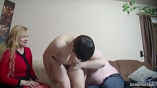 Er bekommt seinen ersten Dreier mit Freundin von seiner Alten