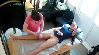 Espiando a una sexy chica mientras le hacen un masaje